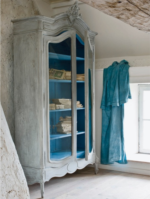 FR - distressed armoire